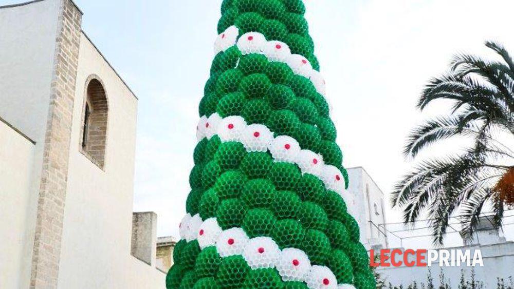 Albero Di Natale Con Bicchieri Di Plastica.Un Originale Albero Di Natale 15mila Bicchieri In Plastica Per Dieci Metri D Altezza