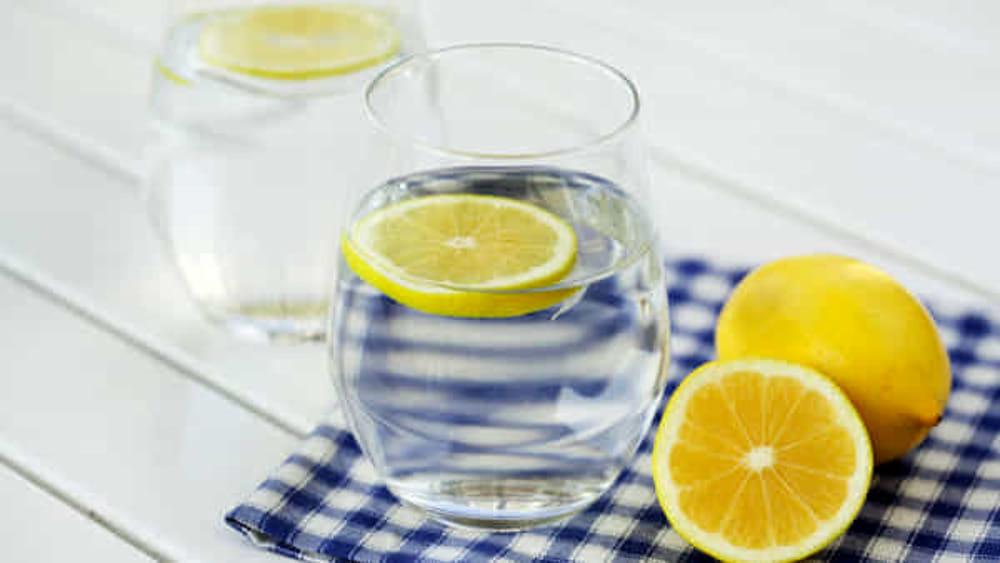 limone e acqua calda a stomaco vuoto per perdere peso