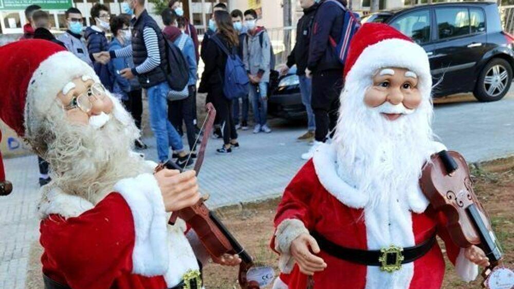Babbi Natale.Dai Babbo Natale Pendono Fili Simili A Micce Arrivano Gli Artificieri